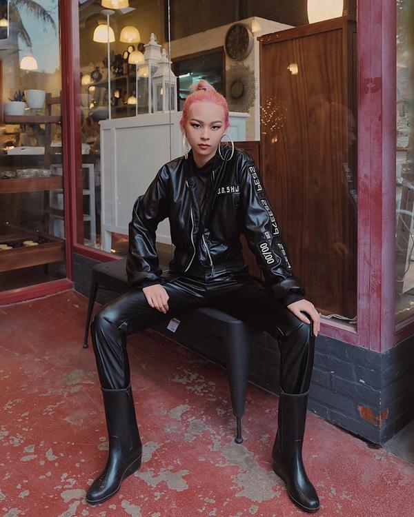 Phí Phương Anh cá tính khi diện nguyên set đồ đen gồm các mẫu trang phục và phụ kiện bằng da, chất liệu thường lên ngôi ở mùa thu đông.