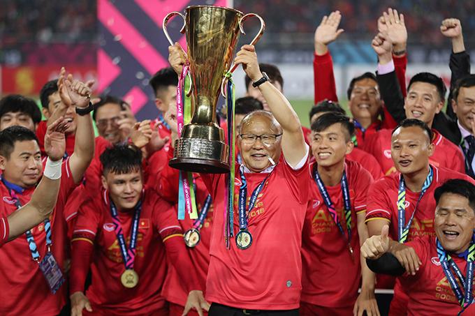 HLV Park Hang-seo và học trò nâng Cup vô địch AFF Cup 2018. Ảnh: Đức Đồng.