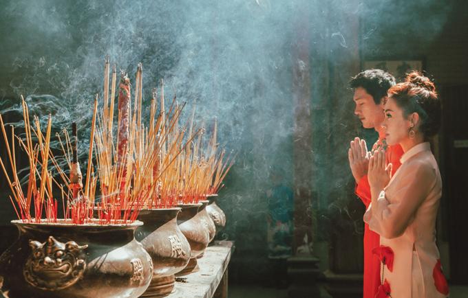 Linh Phi - Quang Tuấn đi lễ chùa, cầu săn được heo vàng trong năm Kỷ Hợi.