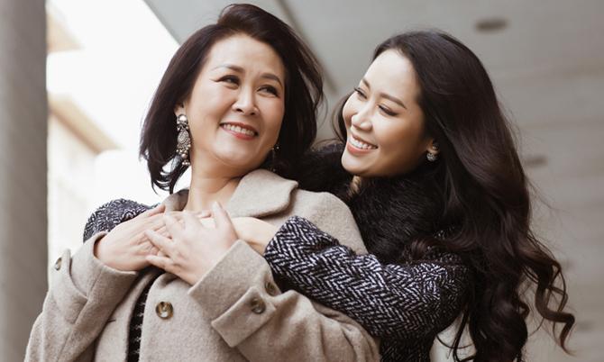 Dương Thuỳ Linh khoe ảnh bên mẹ ruột là Phó Giáo sư, Tiến sĩ