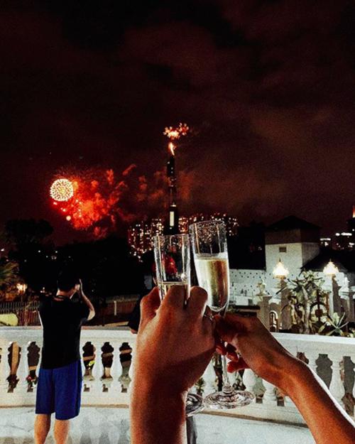 Người đẹp nâng ly chúc mừng trong thời khắc chuyển giao từ năm cũ sang năm mới trên ban công rộng lớn. Căn biệt thự này có ba tầng với khoảng sân rộng, nhìn ra sông Sài Gòn.