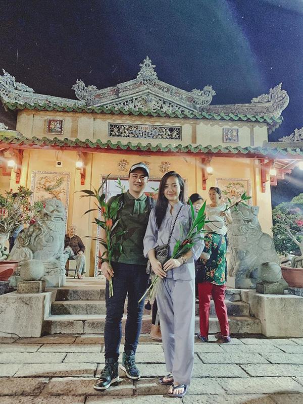 Đêm giao thừa, Băng Di cùng bạn trai Việt kiều đi lễ chùa cầu an.