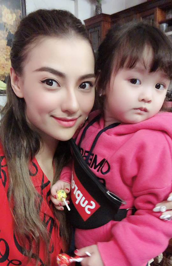 Mẹ đơn thân Hồng Quế ôm con gái Cherry gửi lời chúc mừng năm mới đến người thân, bạn bè trên Facebook.