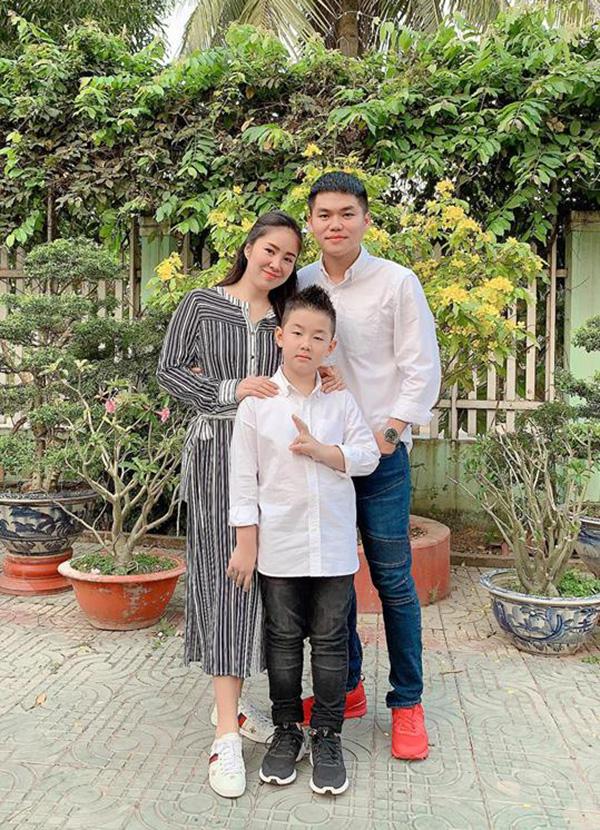 Vợ chồng Lê Phương - Phạm Trung Kiên về Trà Vinh quây quần bên con trai Cà Pháo và gia đình bên ngoại. Đây là cái tết đặc biệt với nữ diễn viên Gạo nếp gạo tẻ vì cô đang mang thai con thứ hai.