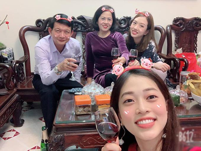 Á hậu Bùi Phương Nga cùng bố mẹ và chị gái nâng ly chúc mừng năm mới.