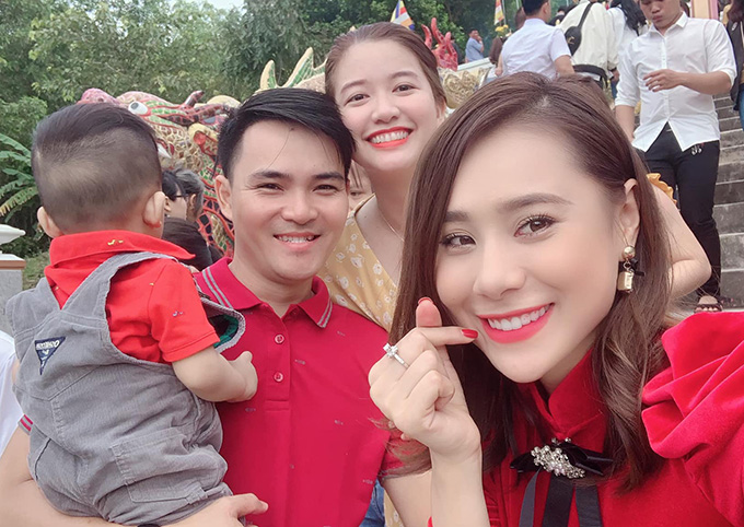 Hồ Bích Trâm về Quảng Ngãi ăn Tết cùng gia đình. Ngày mùng 1 Tết, cô và các anh chị em đi du xuân, lễ chùa đầu năm.