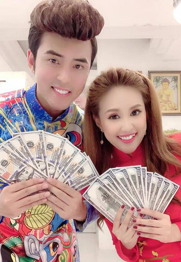 Phương Hằng và ông xã Anh Tâm chụp ảnh kỷ niệm ngày đầu tiên của năm Kỷ Hợi.
