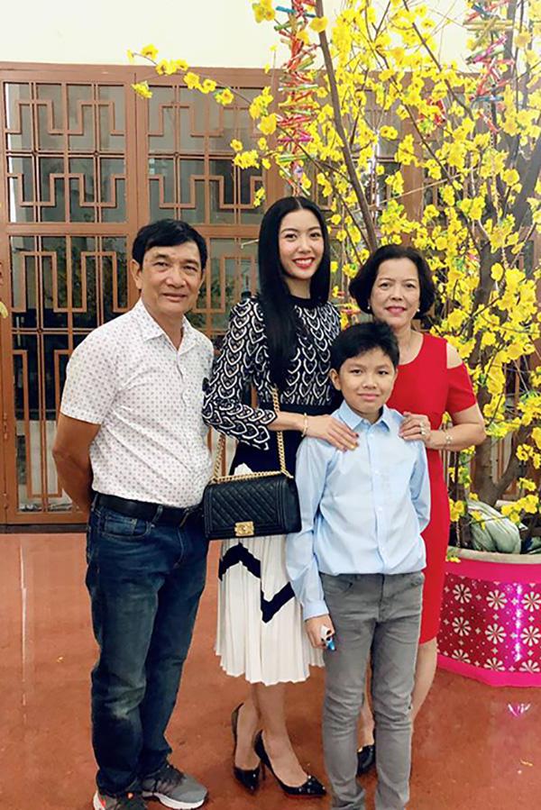 Á hậu Thuý Vân cùng bố mẹ và em trai đi lễ nhà thờ vào đêm giao thừa.