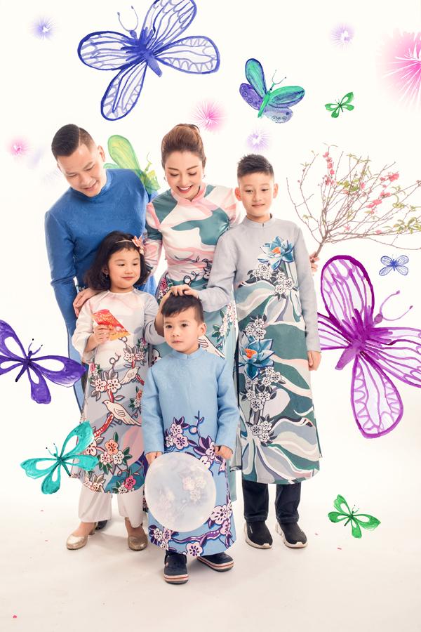 Để kỷ niệm Tết đầu tiên của Bảo Nam từ khi về nước đoàn tụ cùng gia đình, cả nhà Jennifer Phạm đã cùng nhau thực hiện bộ ảnh áo dài. Hoa hậu châu Á tại Mỹ 2006 cho biết, vợ chồng cô phải đợi 3 con được nghỉ Tết mới có thể sắp xếp được thời gian đến studio chụp hình.