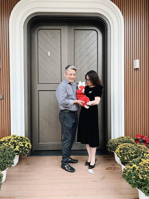 Vợ chồng Á hậu Tú Anh lần đầu hé lộ hình ảnh con trai