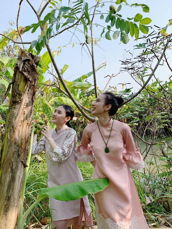 Ngọc Trang, em gái ruột của cô cũng thích thú ra khám phá vườn nhà nội. Cả hai mặc áo dài ton sur ton.