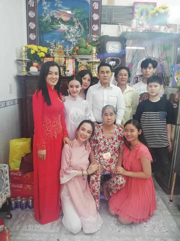 Hình ảnh đoàn tụ ấm áp của gia đình Angela Phương Trinh trong ngày mùng 1 Tết.
