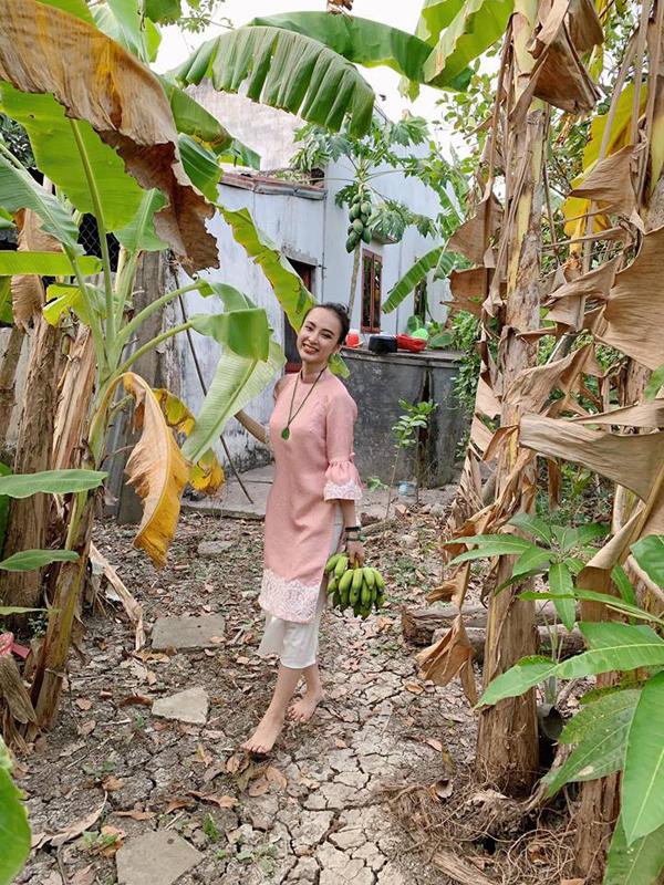 Tết năm nào Angela Phương Trinh cũnggiữ thói quen về quê nội chúc Tết. Cô đi chân đất, tạo dáng trong vườn chuối.