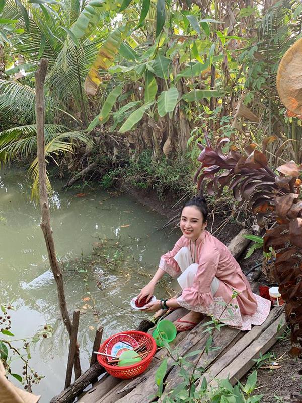 Cô còn chia sẻ khoảnh khắc ngồi cầu gỗ để rửa bát bênchiếc ao trong khu vườn. Có người khen Angela Phương Trinh dù là ngôi sao nổi tiếng nhưng rất giản dị trong đời thường. Hình ảnh cô ngồi rửabát khiến họ gợi nhớ đến thời ấu thơ ở vùng nông thôn nghèo. Tuy nhiên cũng có ý kiến chỉ trích Angela rằng, nước ao khá bẩn, cô không nên rửa chén bát ở đây.