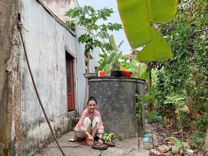 Trên trang cá nhân, Angela Phương Trinh háo hức khoe rằng cô cùng em gái, mẹ ruột về quê nội ăn Tết. Diện áo dài duyên dáng nhưng nữ diễn viên không ngần ngại đi tông, ngồi xổm ở sân nhà.