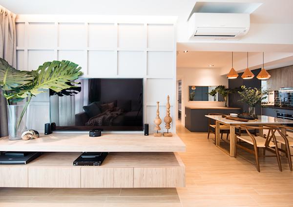 Cặp vợ chồng Jonathan Chia và Melissa Tjahaja - một phi công và một bác sĩ thú y tại Singapore- nhận đượcsự hỗ trợ của một người bạn kiến trúc sư khi mong muốn cải tạo ngôi nhà mới mua của mình.Thiết kế của căn hộ này được dựa trên sở thích mãnh liệt mà chủ nhân dành cho màu vàng hồng.