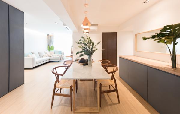 Yêu cầu mà cặp vợ chồng đưa ra cho nhà thiết kế khá ngắn gọn, bao gồm vật liệu như sàn gỗ vìhọ thích bầu không khí ấm cúng. Một yêu cầu khác là đảm bảo khu vực sinh hoạt và ăn uống rộngrãi cho các cuộc tụ họp.