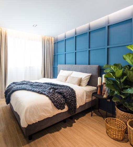Thiết kế lưới đặc trưng của tường trong phòng ngủ được xây dựng bằng gỗ và phủ lớp sơn xanh nổi bật. Đó là một điểm hút thị giác, đồng thời khiến trần nhà như cao hơn.