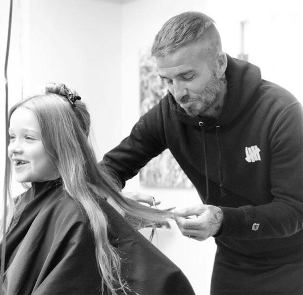 Becks cũng là người đầu tiên cắt tóc cho con gái.