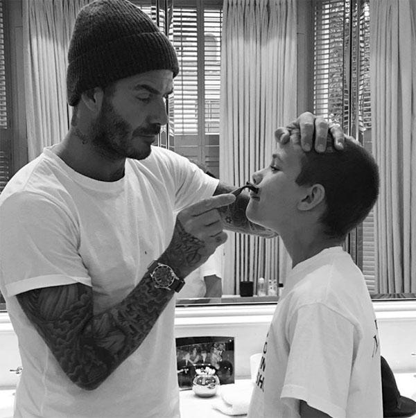 Cựu tiền vệ MU xúc động cạo râu cho con trai thứ hai Romeo khi cậu bước vào tuổi 16 năm ngoái.