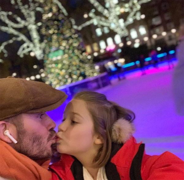 Dù nhiều lần bị ném đá vì hôn môi con gái, Becks vẫn đăng ảnh thể hiện tình yêu với Harper dịp Giáng sinh vừa qua.