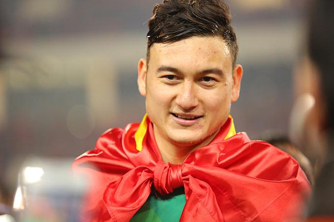 Văn Lâm mừng chức vô địch AFF Cup 2018 sau chiến thắng 1-0 của tuyển Việt Nam trước Malaysia ở trận chung kết lượt về trên sân Mỹ Đình. Ảnh: Đương Phạm.