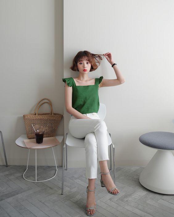 Xanh lá, xanh ngọc, xanh rêu... khi được phối hợp cùng tông trắng thường mang lại sự nổi bật vừa đủ và không kém phần thanh nhã cho từng set đồ.