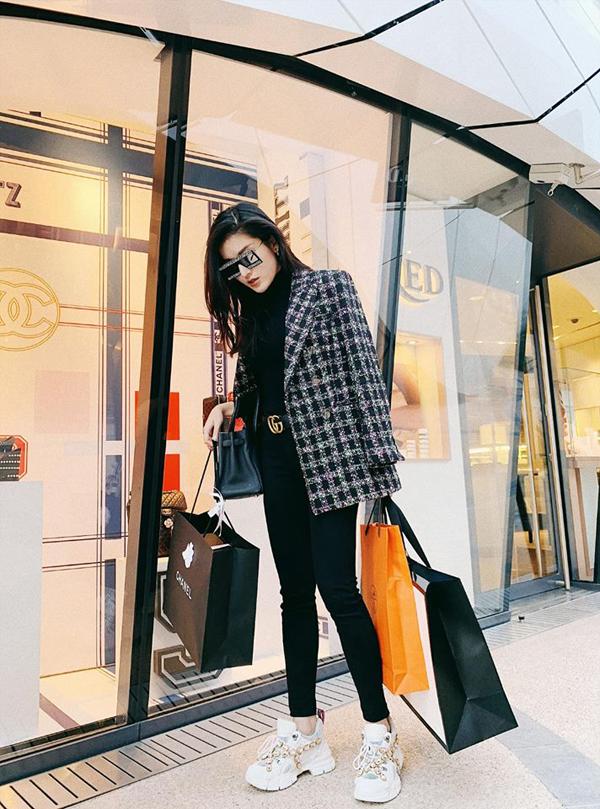Cô khoe thành tích shopping với những món phụ kiệnđến từ các thương hiệu nổi tiếng.