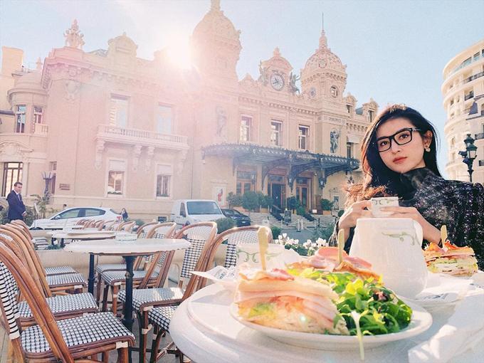 Người đẹp thưởng thức bữa trưa giữa không gian sang chảnh của châu Âu.