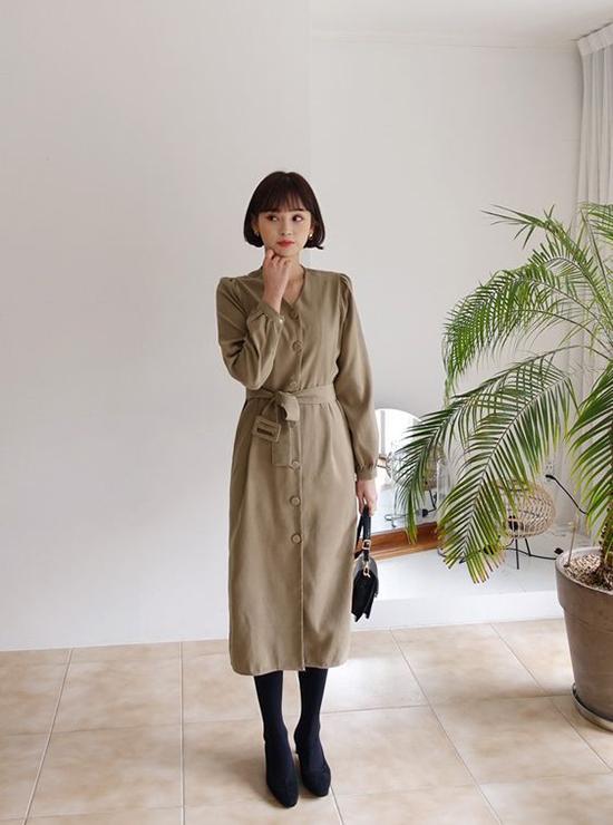 Phong cách cho các bạn gái yêu style cổ điển với thiết kế đầm đính nút đi kèm dây lưng vải. Để hoàn thiện set đồ, các nàng nên chọn các mẫu túi vintage xinh xắn.