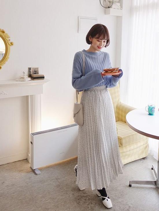 Chẳng cần phải chờ đến mùa thu mới có thể sử dụng váy áo theo phong cách hoài cổ, ngay thời điểm này bạn gái văn phòng có thể trưng dụng chân váy maxi cùng các kiểu áo len mỏng.