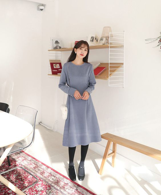 Cùng với váy thắt eo, đầm dáng suông nhấn eo cũng là kiểu trang phục dễ đánh lừa thị giác và tạo cảm giác vòng eo nhỏ nhắn hơn.