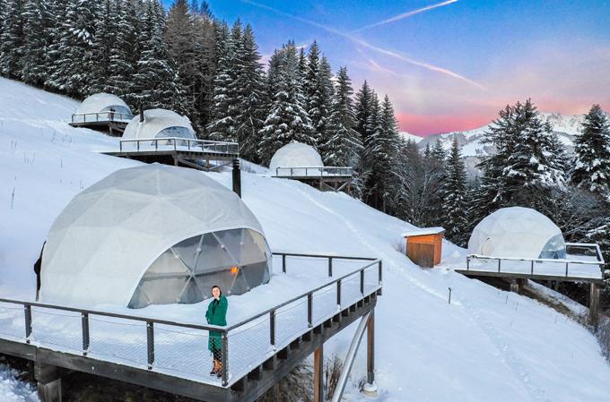 [Caption] Đây là một khách sạn có 19 phòng mỗi phòng là 1 túp lều nằm Miền Nam Thụy Sĩ trên đỉnh cao 1 ngọn núi  Áo đỏ e gửi là ở đó luôn