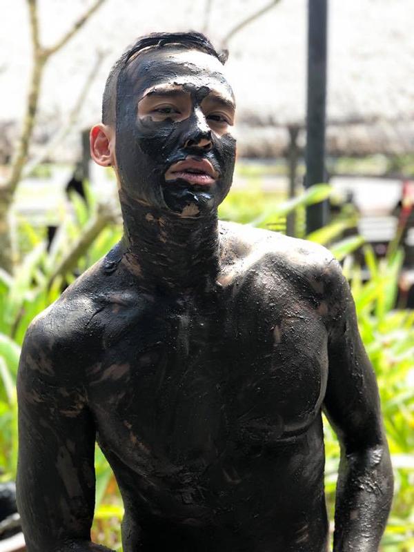 Thúy Diễm khiến nhiều người hâm mộ thích thú khi chia sẻ khoảnh khắc hài hước củaông xã - diễn viên Lương Thế Thành - trong bộ dạng trét bùn đen xì đầy mặt và người.