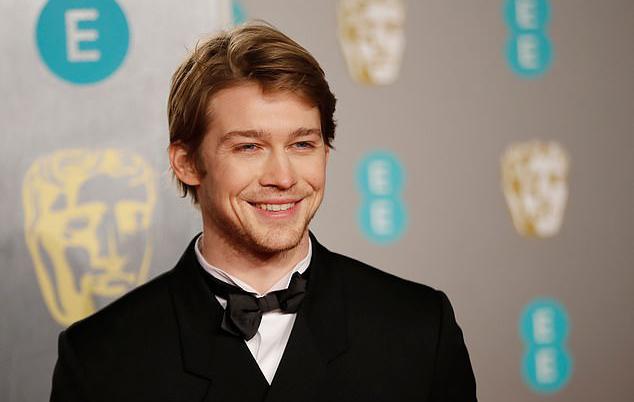 Bạn trai Taylor rạng rỡ trên thảm đỏ BAFTAs. Joe Alwyn đứng tạo dáng một mình mà không xuất hiện cùng Taylor để tránh gây sự chú ý.
