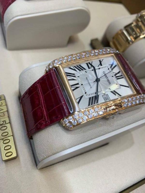 Đắt giá nhất phải kể đến chiếc đồng hồ Cartier có mức giá lên đến gần 1,25 tỷ đồng.