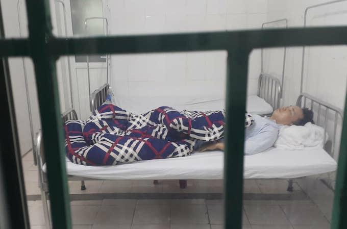 Tuấn đang nằm tại khoa ngoại bệnh viện đa khoa Nghi Lộc. Ảnh: Anh Thư.