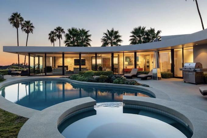Hồ bơi nước mặn, bồn tắm nước nóng và khu vực sân rất lý tưởng để thư giãn. Căn nhà đang được rao bán chỉ là một khu đất nhỏ của Elon Musk ở Los Angeles. Hiện tại ông vẫn đang sở hữu 4 biệt thự khác tại đây, mỗi căn có giá hàng chục triệu USD.