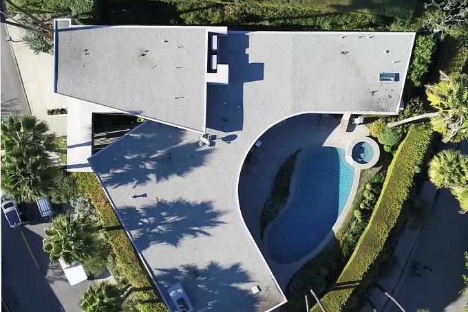[CapBiệt thự trong mơ của Elon Musk sở hữu thiết kế khác lạ với hình chữ A, gồm cửa vào nhỏ gọn và phần sau của căn nhà chia thành hai hướng. Kiểu thiết kế này giúp nó tận dụng được mọi không gian trống một cách hợp lý.