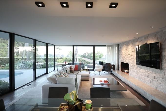 Elon Musk từng mua lại căn biệt thự này với giá 3,69 triệu USD vào năm 2013. Đây là căn nhà nơi ông chung sống với người vợ cũ Talulah Riley, trước khi ly hôn. Mặc dù có diện tích không quá rộng, song căn biệt thự sở hữu nhiều tiện ích và không gian sống thoáng đãng.