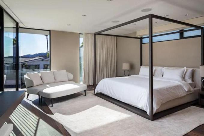 Phòng ngủ chính của biệt thự nằmở tầng 2 cũng được thiết kế đón ánh nắng như phần phòng khách hay nhà bếp.
