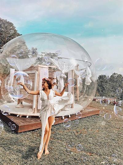 Căn phòng bubble được bao quanh là lớp kính trong suốt, hình cầu, đặt hệ thống đèn sáng xung quanh giống như một bong bóng khổng lồ.Nơi đây bạn có thể tận hưởng 100% ánh sáng tự nhiên như đang bồng bềnh lơ lửng giữa trời. Căn phòng không rộng nhưng đặt giữa chiếc giường, có rèm cửa xung quanh cho kín đáo cùng hệ thống điều hòa không khí.
