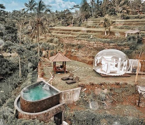 Toàn cảnh khu nghỉ của Hoàng Kim nhìn từ trên cao. Căn phòng nằm ở lưng chừng đồi, phía sau là khu vườn bậc thang đặc trưng ở Bali.