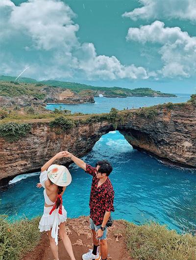 Ngay khi vừa đặt chân tới Bali một đêm, hôm sau, Hoàng Kim và bạn đồng hành đã khám phá ngay sống lưng khủng long huyền thoại trên Instagram và bãi biển Broken Beach. Đoạn đường tới đây rất gian nan, mất 20 phút đi tàu, sau đó là đi xe qua ổ gà, ổ voi gập ghềnh lắm mới tới nơi nhưng khung cảnh quá đỗi ngoạn mục khiến cả hai rất mãn nguyện. Hai người thuê một người hướng dẫn, được đưa đón, bao vé tàu, ăn trưa, xe đi lại, chụp ảnh nhiệt tình cho khách.