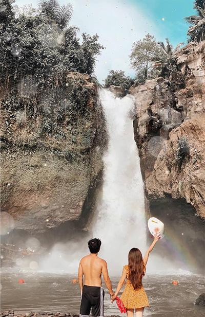 Một khám phá khác của Hoàng Kim và bạn trai trong những ngày ở Bali chính là thác Tegenungan. Ban đầu, hai người tưởng rằng đây chỉ là một ngọn thác bình thường chán òm nhưng khi tới nơi đã phải nhận sai vì không khí quá sôi động và hứng khởi. Đây là một thiên đường với hồ bơi, thác nước, DJ chơi nhạc ngoài trời, có tổ chim, nhiều quầy đồ ăn, view đẹp... Nơi đây có bán vé vào cửa rất rẻ, chỉ khoảng 25.000 đồng một người, sau đó phí đồ ăn tính riêng. Thác Tegenungan cách Ubud khoảng 10 -15 km, di chuyển khoảng một giờ.