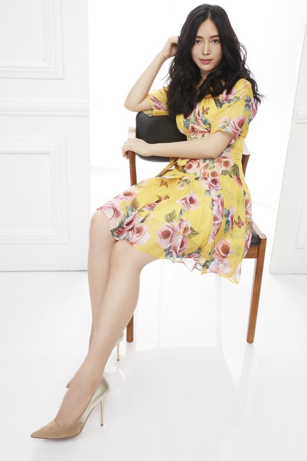 Đối với những cô nàng yêu tông màu rực rỡ thì các thiết kế váy hoa vừa ra mắt sẽ khiến họ hài lòng và khó có thể chối từ.