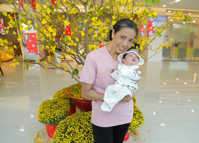 Mẹ ruột Thanh Thúy túc trực chăm sóccon gái và cháu ngoại những ngày ở viện.