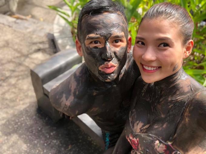 Vợ chồng Lương Thế Thành - Thúy Diễm pose hình khi cùng nhau đi tắm bùn, nhân chuyến du xuân đầu năm tại một resort ở Vũng Tàu.