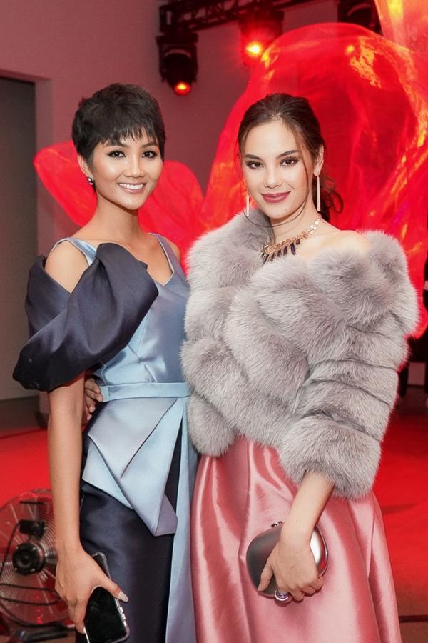 HHen Niê hội ngộ đương kim Miss Universe - Catrinoa Gray tại sư kiện. Sau chiến thắng Miss Universe thuyết phục, mỹ nhân Philippines chuyển đến New York sinh sống và thực hiện nghĩa vụ hoa hậu trong một năm nhiệm kỳ.