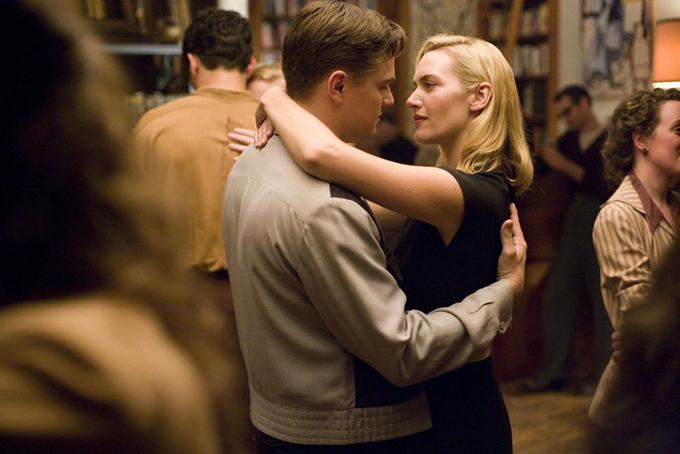Từng đóng cặp ăn ý với Leonardo Dicaprio trong Titanic năm 1997, song Kate Winslet không tránh khỏi bối rối khi quay cảnh làm tình cùng anh ở phim Revolutionary Road tám năm sau đó. Nguyên nhân là do, đạo diễn của bộ phim này chính là ông xã Sam Mendes của cô. Nữ diễn viên nói với tờ The Telegraph: Leo động viên tôi và nói rằng không có gì phải ngại. Nhưng tôi cảm thấy thực sự kỳ cục. Đứng trước anh ấy, tôi không ngừng tự nhắc mình: anh là bạn thân nhất của tôi, còn anh ấy là chồng tôi.